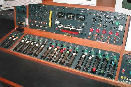Estación de radio reciente y moderna